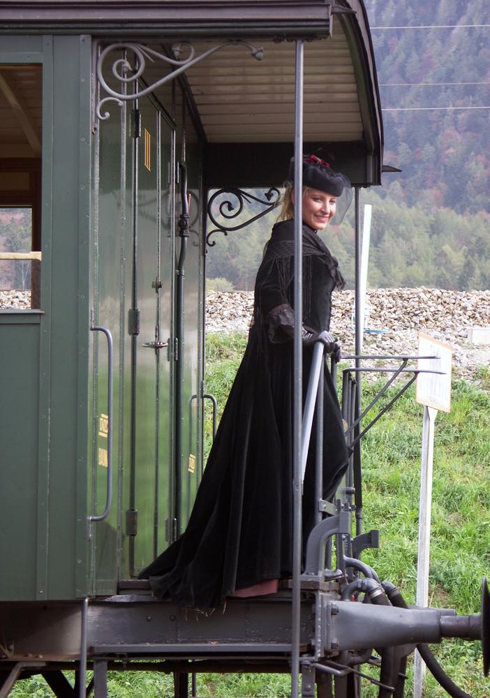 Reisende in historischem Zug