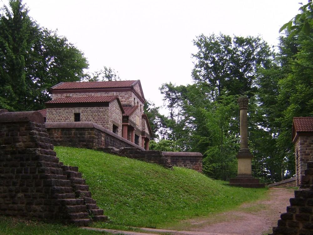 rekonstruierter römischer Tempel in Tawern