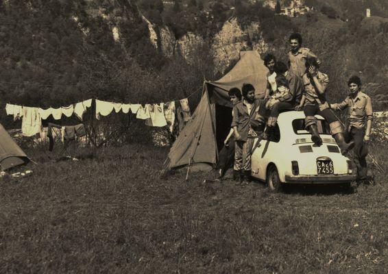Resiutta- FRIULI - Volontari fiorentini nel maggio 1976 .