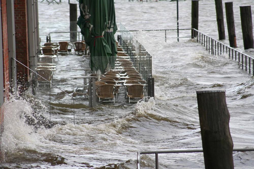 Restaurant bei Hochwasser am Hamburger Fischmarkt