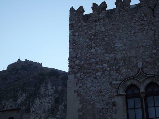 resti di Castello Normanno sullo sfondo..