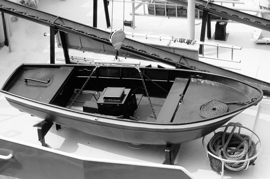 Rettungsboot auf einem Rheinkahn