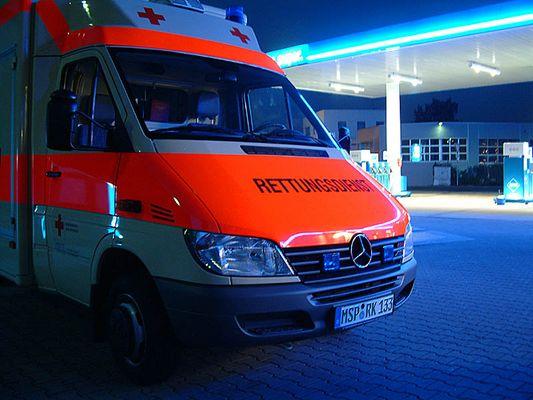 """Rettungswagen nachts vor """"ARAL"""""""