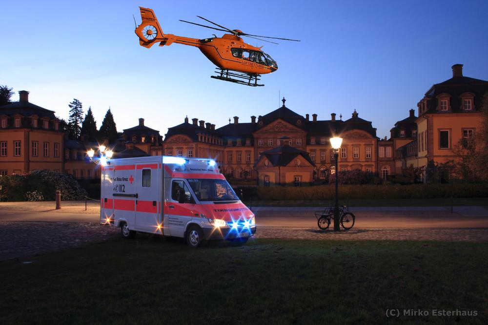 Rettungswagen(RTW) und Rettungshubschrauber(RTH) vorm Bad Arolser Schloß