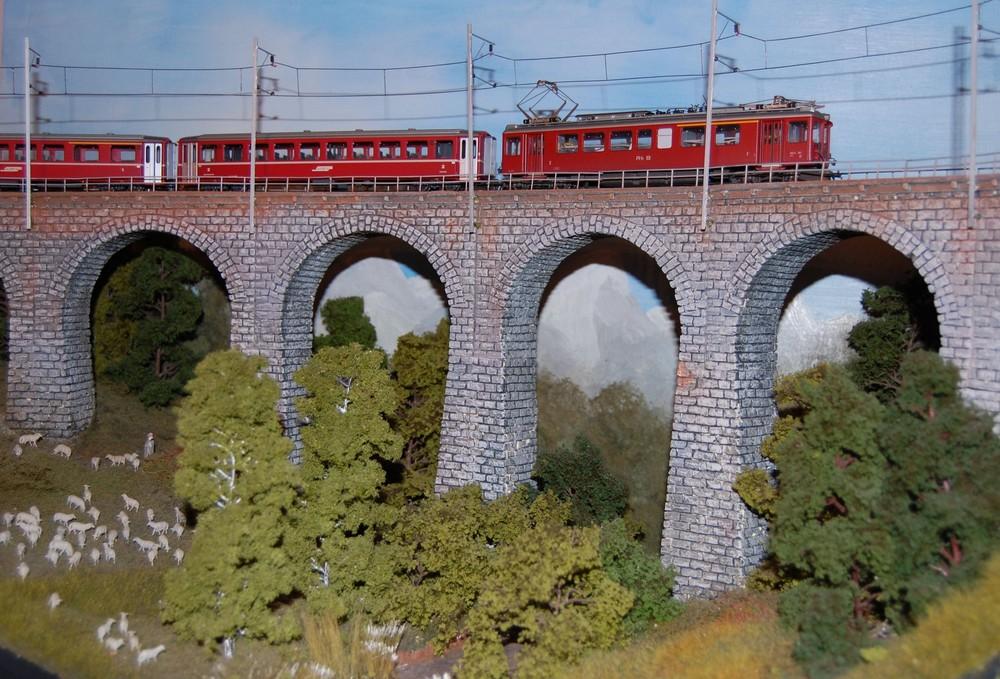 RhB-Zug auf den Val Bugnei Viadukt der FO