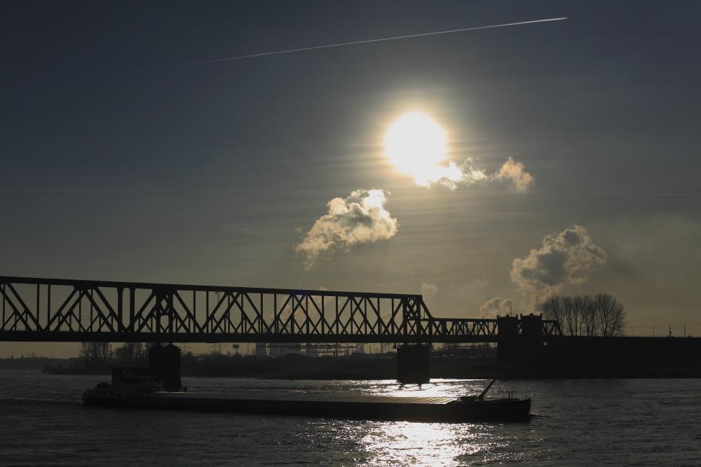 Rhein, Brücke, Schiff und Sonnenschein, das ist Duisburg