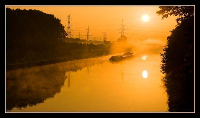 Rhein-Herne Kanal an der Osterfelder-Straßen-Brücke 2007-09-14 07:39:53