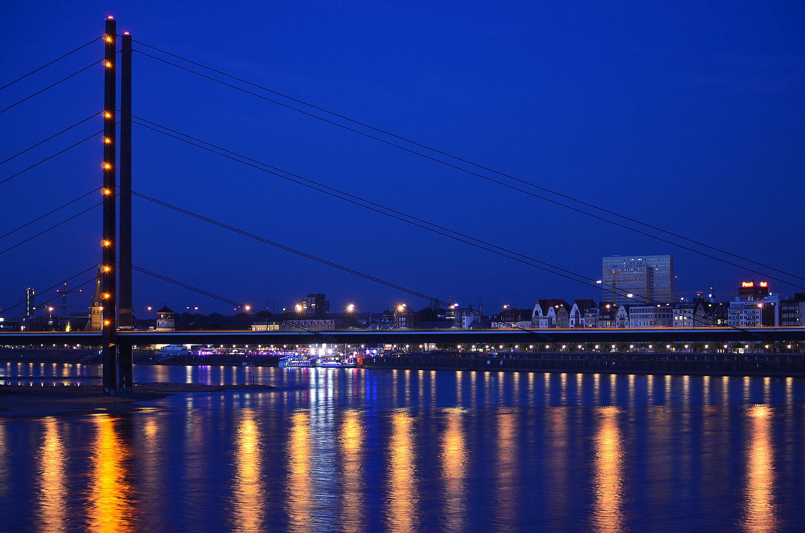 Rhein-Kniebrücke mit Blick auf Düsseldorf
