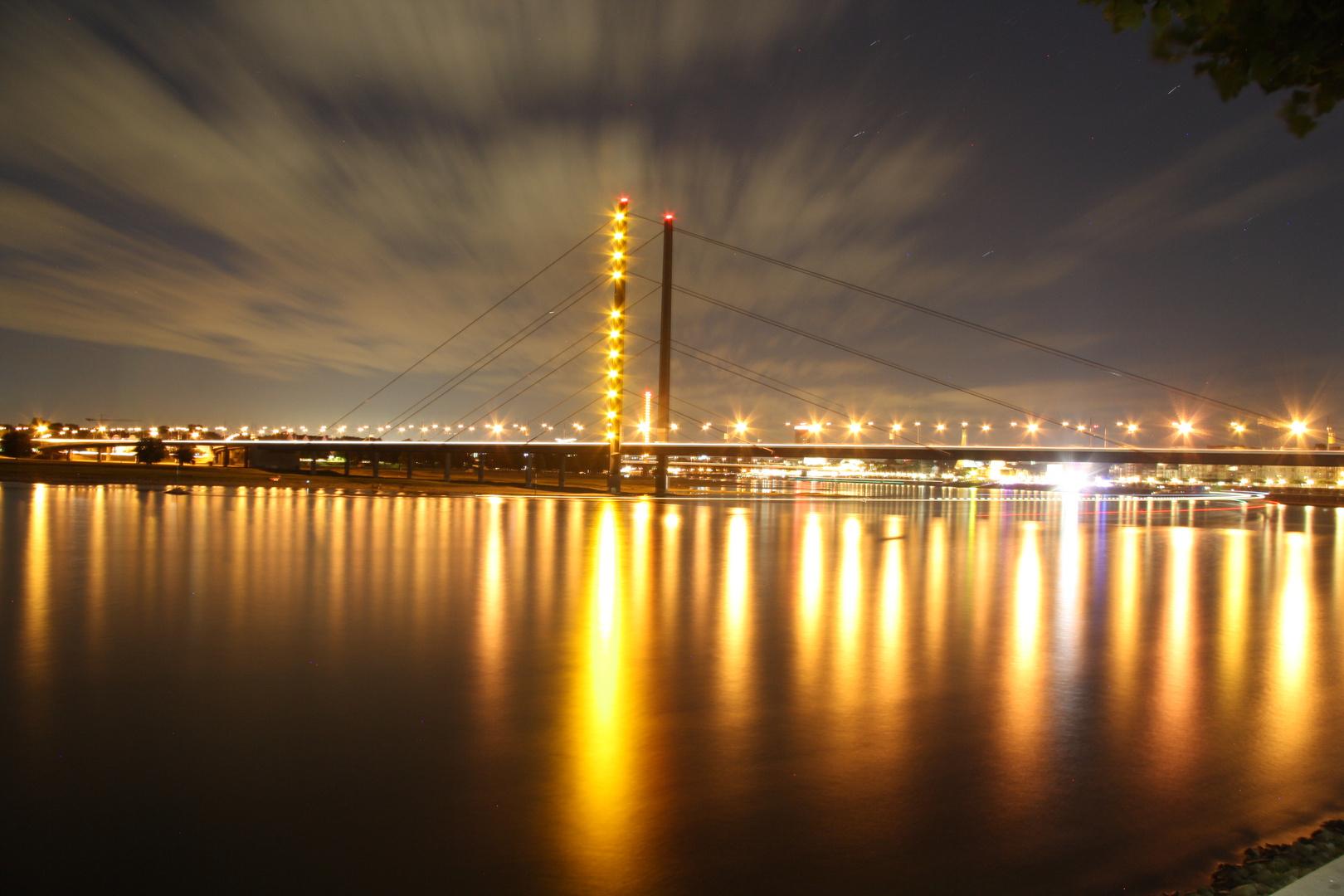Rheinbrücke in Düsseldorf bei Nacht