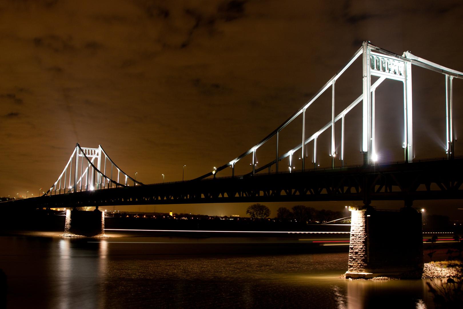 Rheinbrücke in Uerdingen bei Nacht