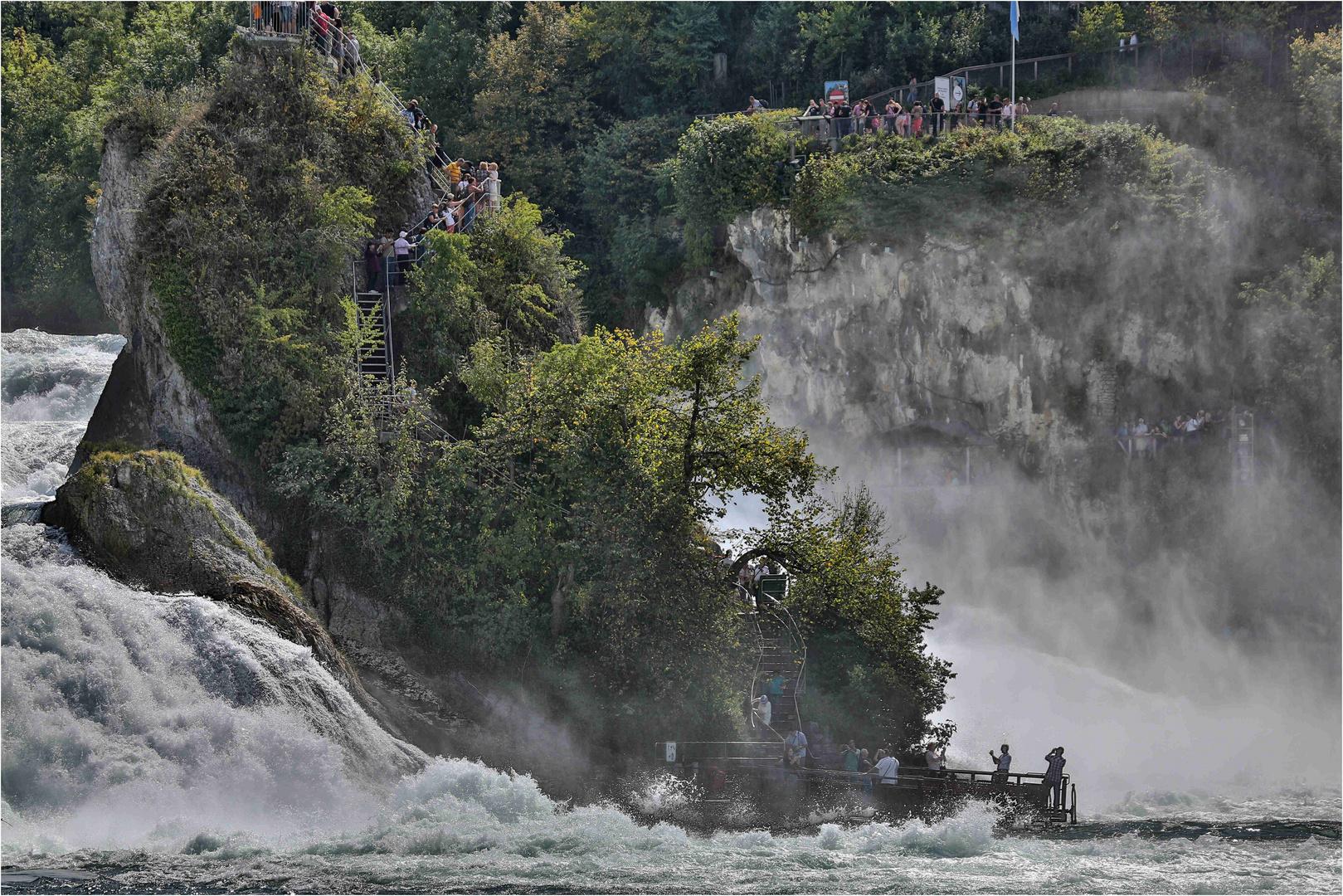 Rheinfall 02 Fels in der tosenden Gischt
