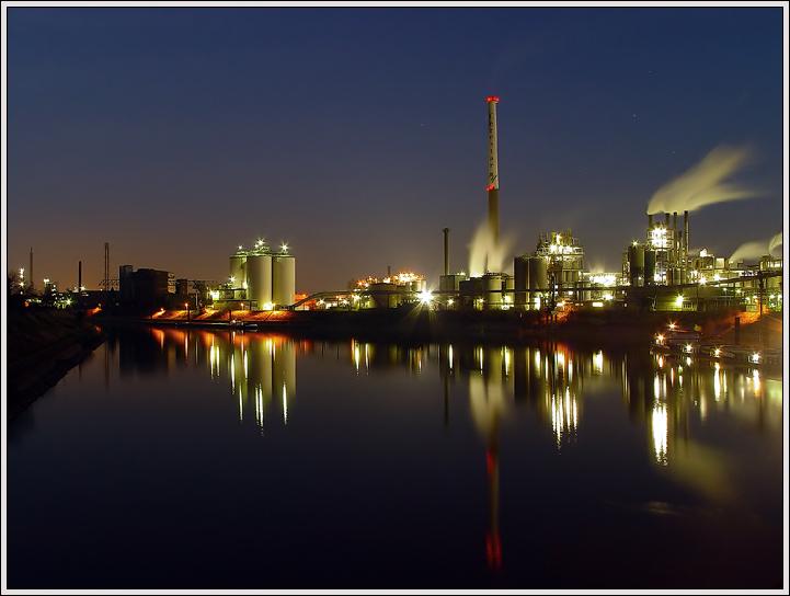 Rheinhafen in der blauen Stunde