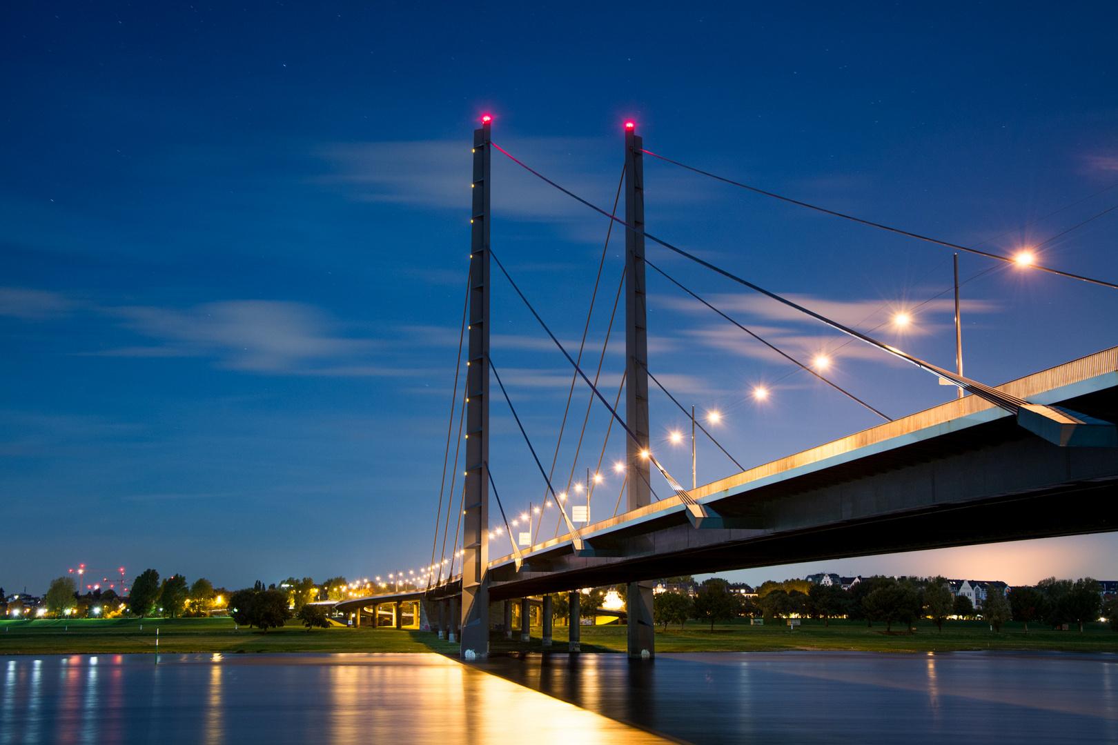 Rheinkniebrücke bei Nacht, Düsseldorf