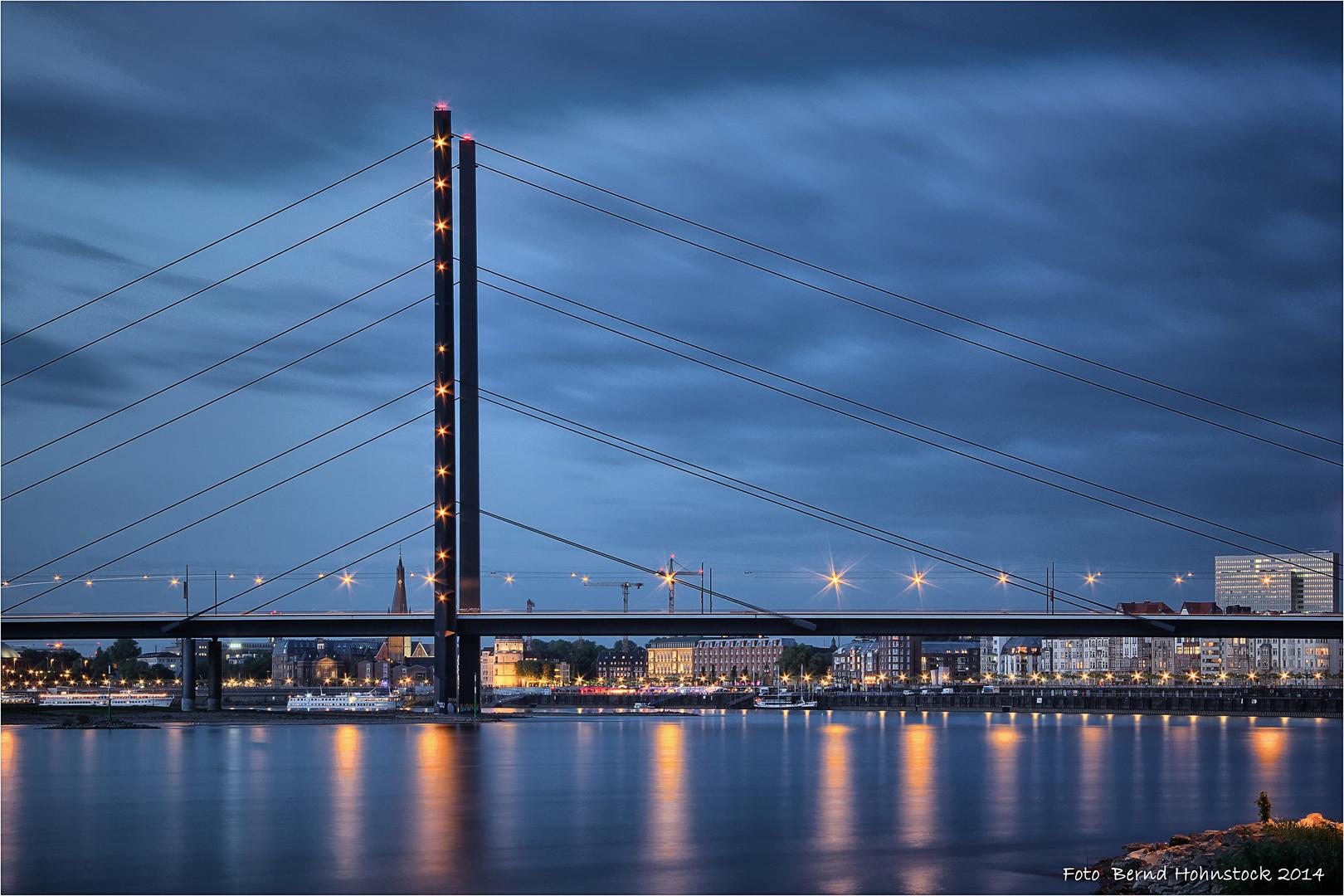Rheinkniebrücke zu Düsseldorf ....