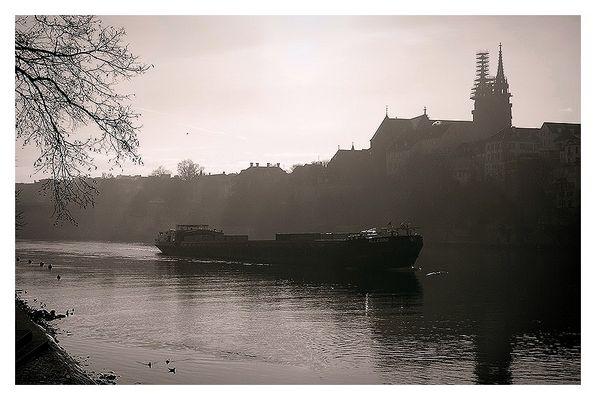 Rheinschiff im Gegenlicht