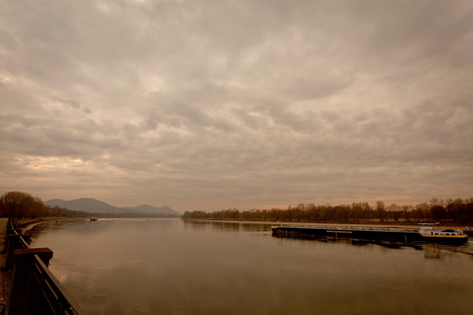Rheinschifffahrt in den Morgen