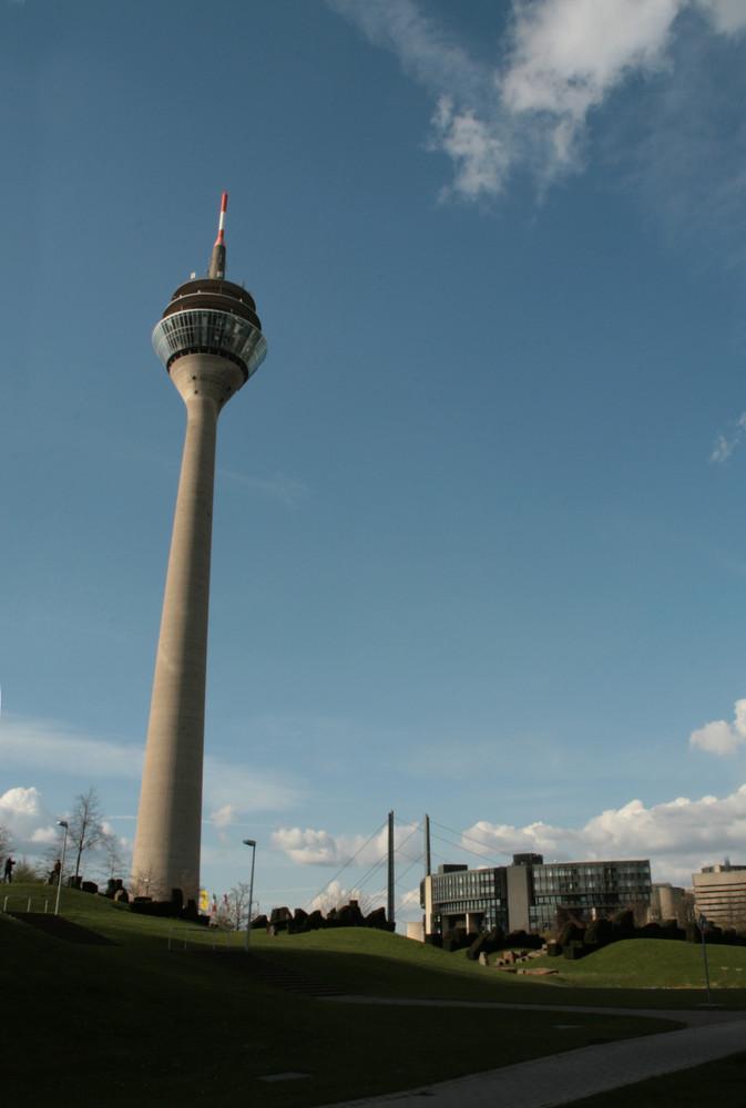 Rheinturm, Landtag, Kniebrücke