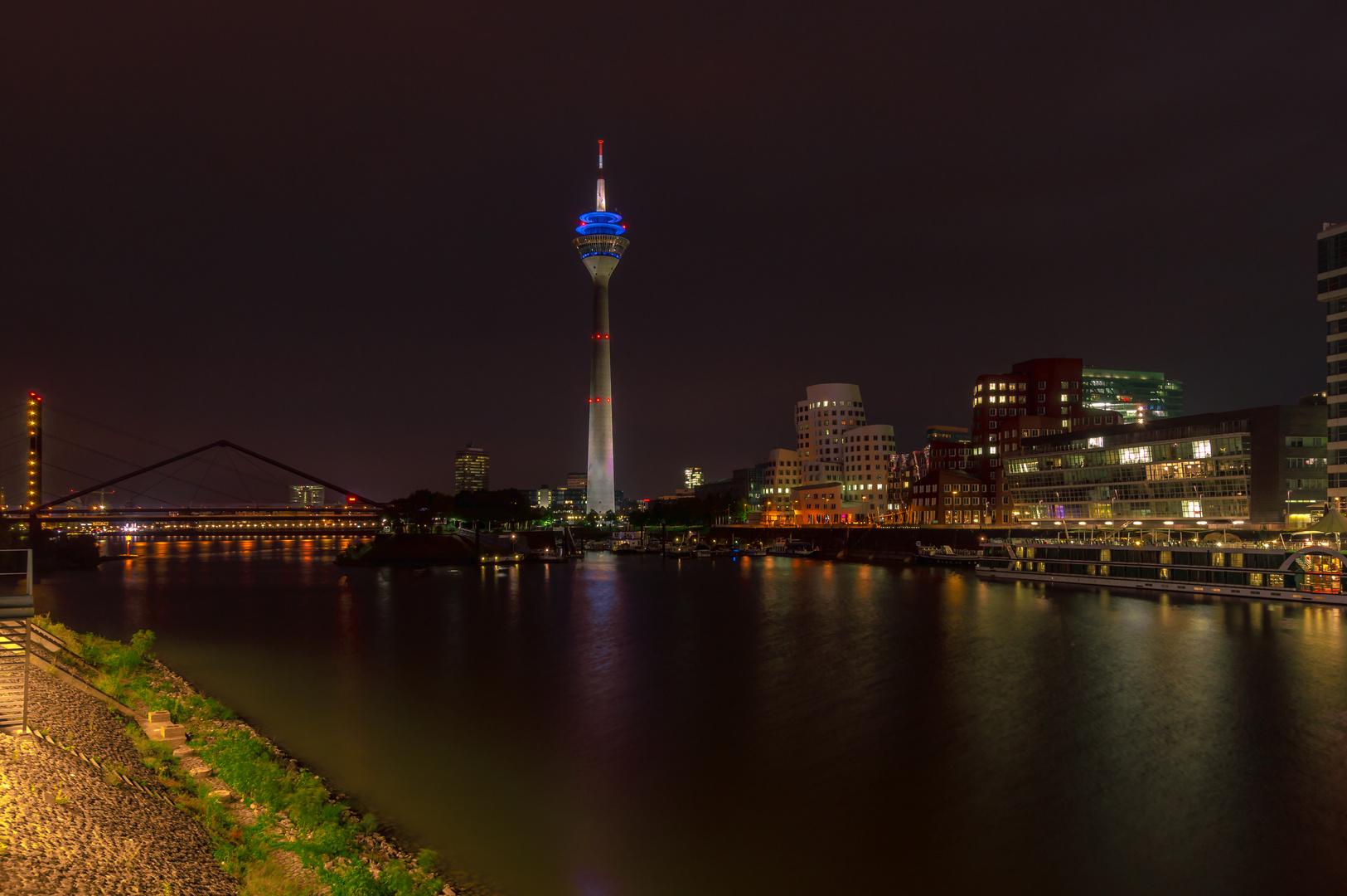 Rheinturm und Rheinkniebrücke am Abend