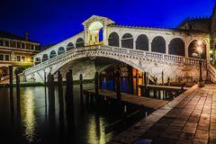 Rialto Brücke in der blauen Stunde