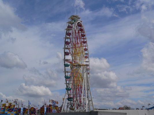 Riesenrad vor den Wolken