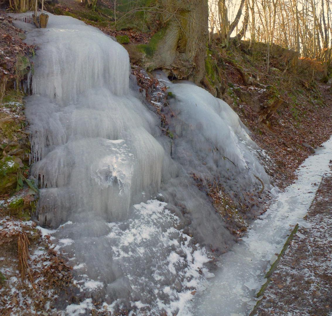 riesige Eisformation nach bitterer Kälte