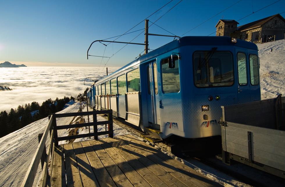 Rigi Kulm - Einfahrt in die Bergstation über einem unglaublich schönen Nebelmeer