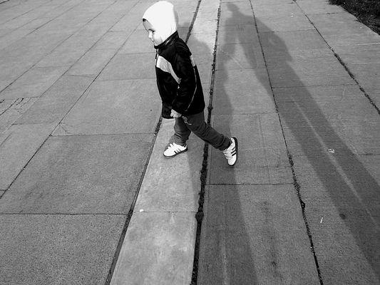 Ritratto di bambino con uguali ombre ai genitori