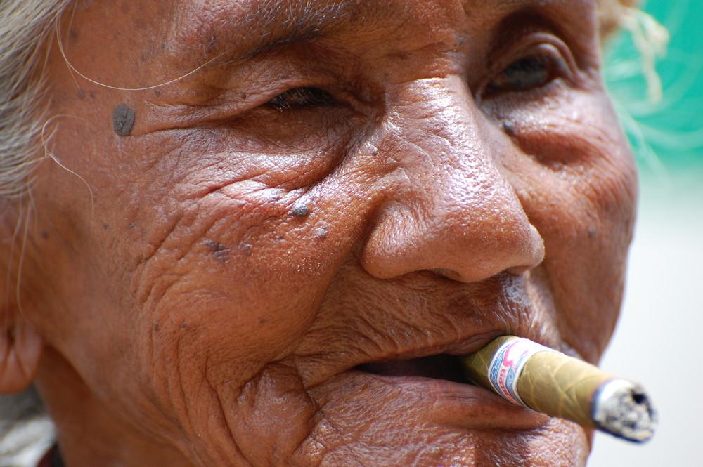Ritratto di donna con sigaro