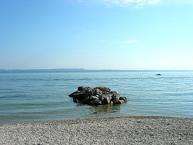 Rocher sur lac à Neufchatel
