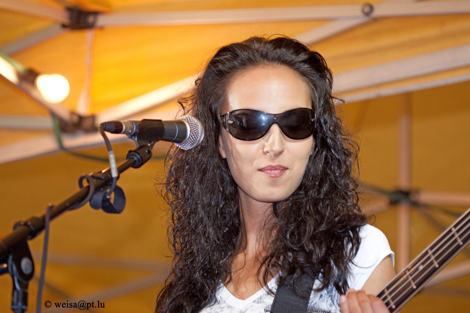 Rocklady mit Sonnenbrille