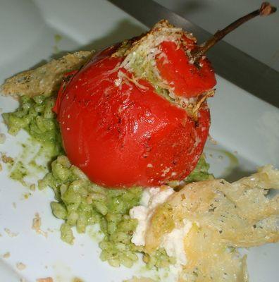 Rocoto Relleno con Risotto Pesto, Espuma de Queso de Cabra y Crocante de Parmesano