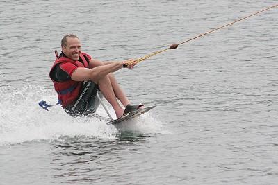 Rollstuhlfahrer beim Wasserski -2-