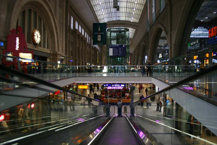 Rolltreppe abwärts Leipzig Einkaufstempel Hauptbahnhof