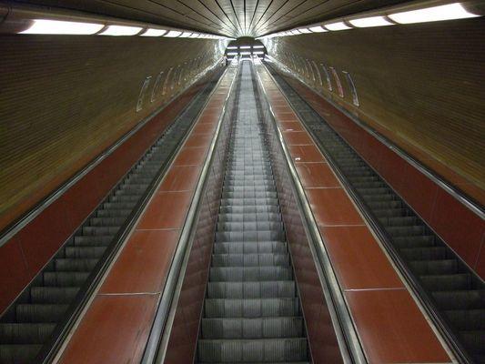 Rolltreppe zur U-Bahn in Prag