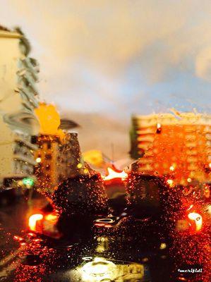 Roma e romani sotto la pioggia.