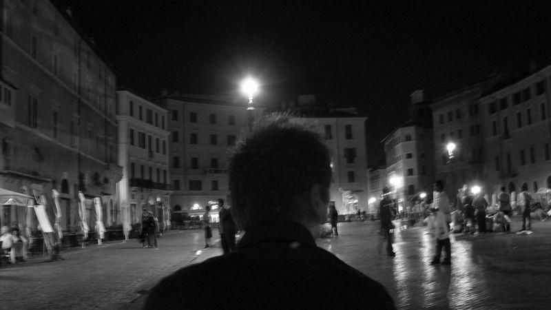 Roma finalmente percepisco lo spazio di una piazza in una dolce serata d'agosto..
