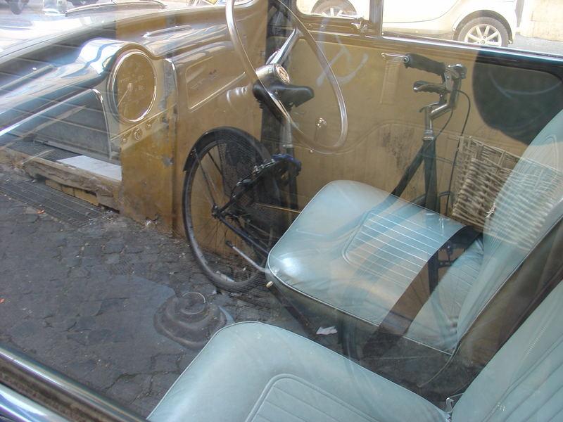 Roma, Pasqua 2007, una vecchia volvo e una vecchia bike