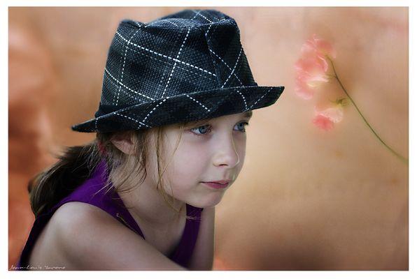 Romane avec le chapeau de son papa (version couleur)