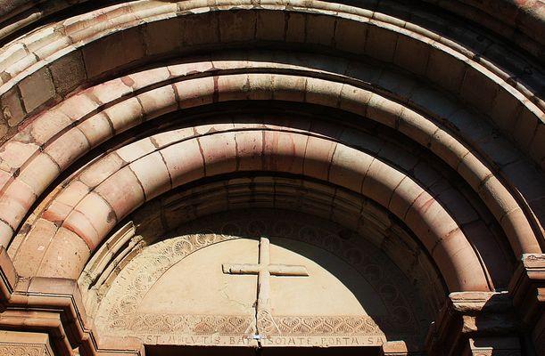 Romanischer Bogen am Eingang zur Klosterkirche Thalbürgel