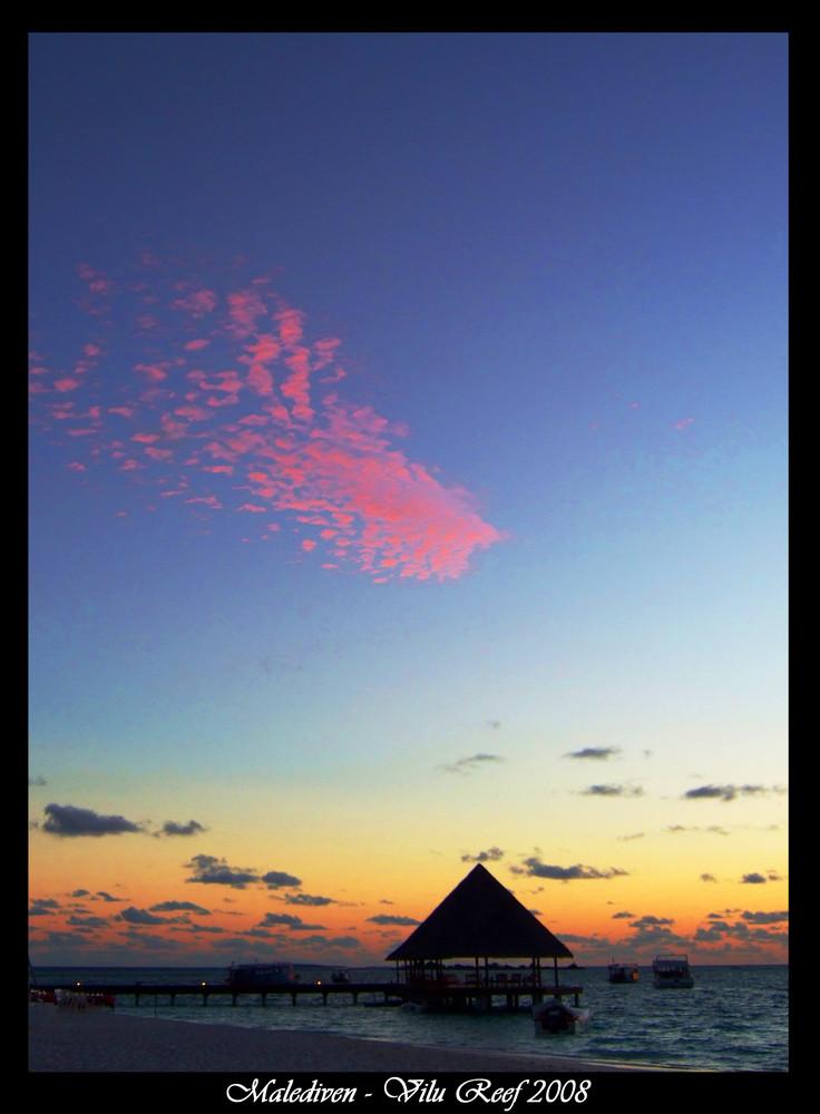 Rosa Wolken über Malediven