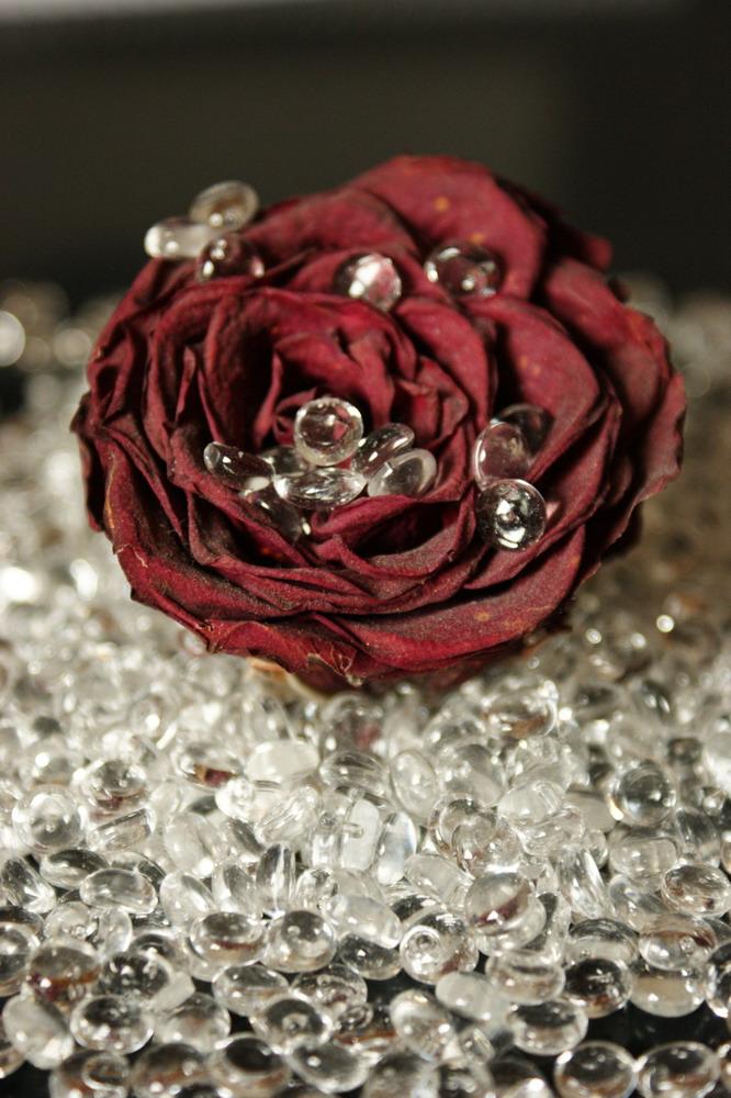 Rose auf Glassteinen