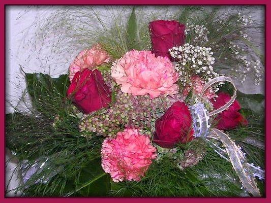 Rosen und Nelken in einem Strauß