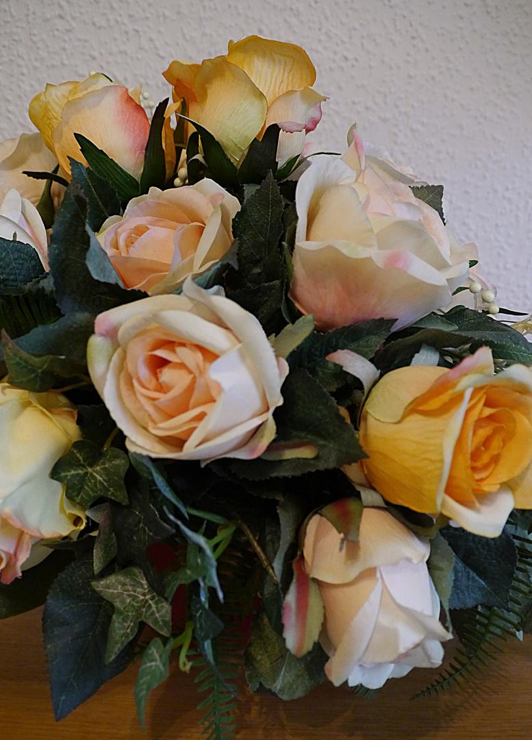 Rosengesteck aus Seidenblumen