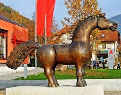 Ross-Skulptur auf dem Rathausplatz in Münstertal Südbaden