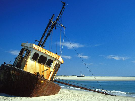 Rostiges Schiff am Strand von Morondava, Madagaskar