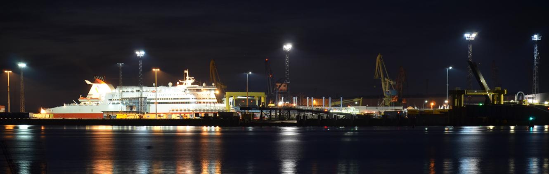 Rostocker Fährhafen bei Nacht