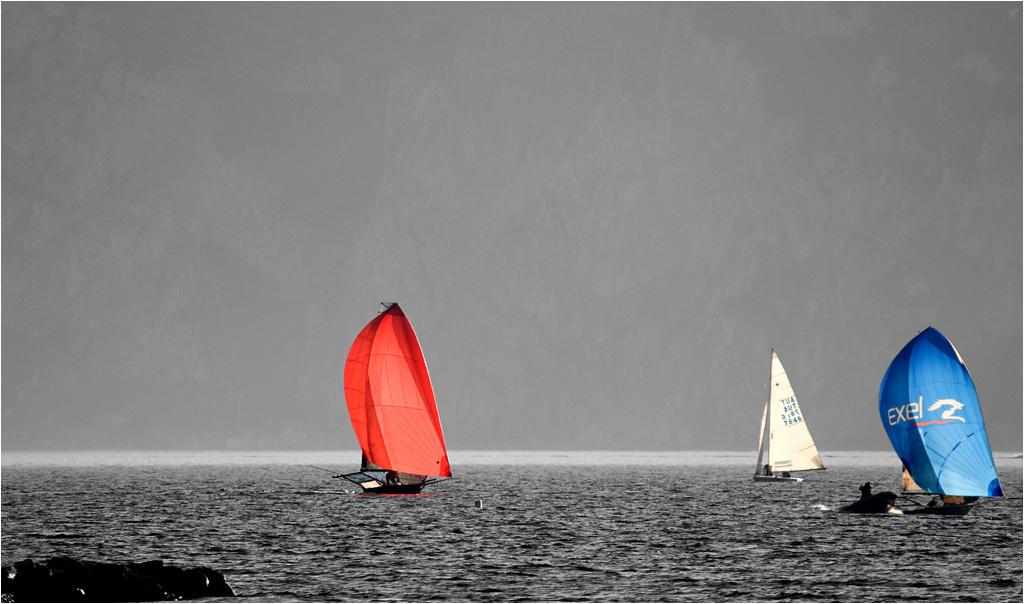 rot-blau auf dem Gardasee