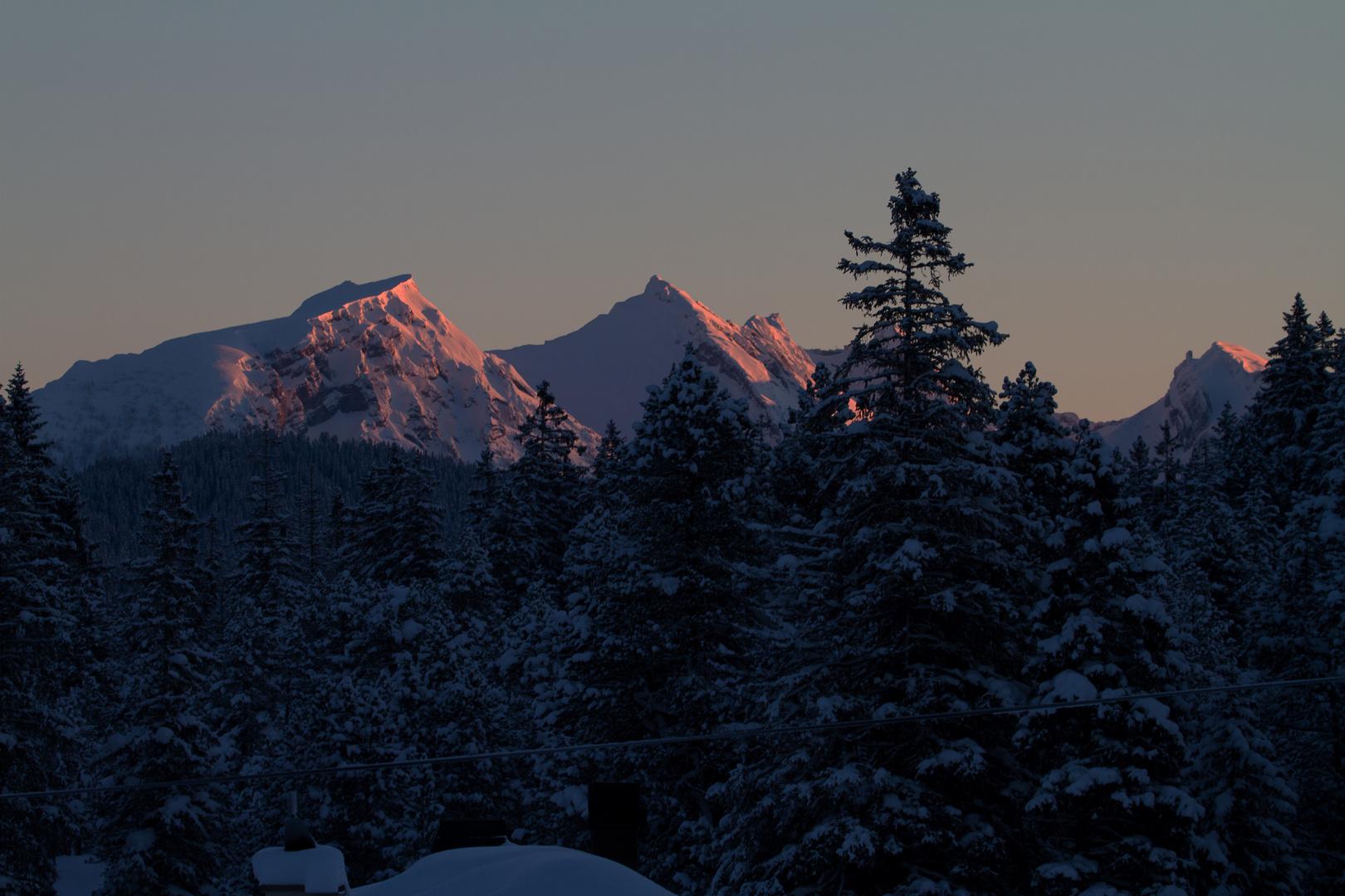 Rote Bergspitzen bei eisiger Kälte, Langis 10.02.13