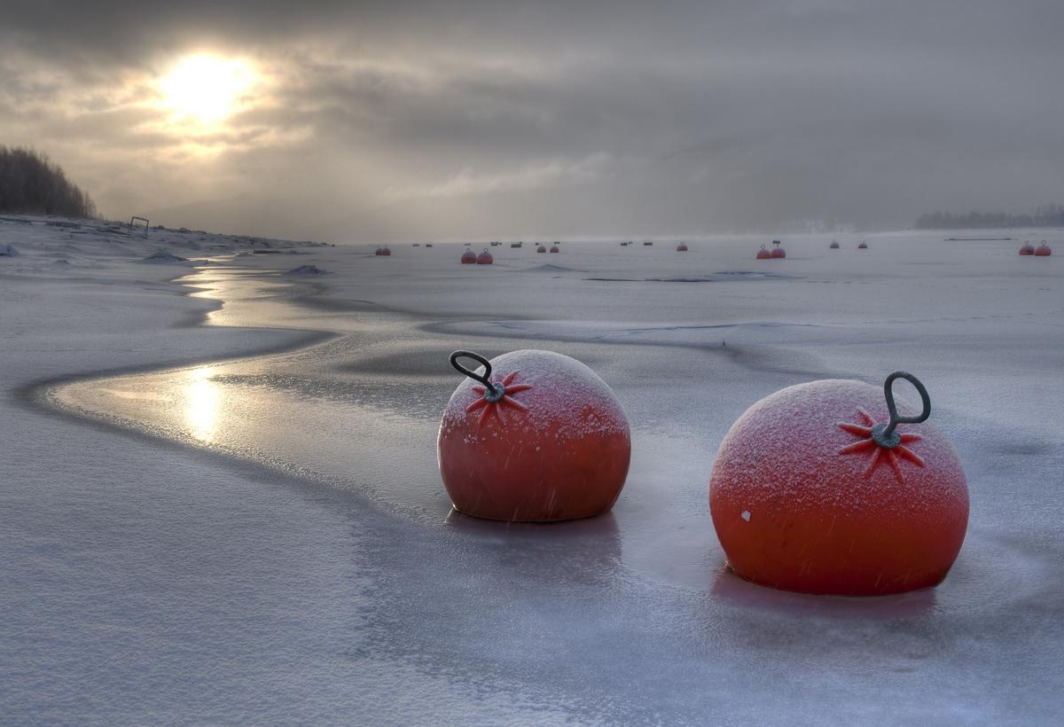 Rote Bojen bei Schneetreiben