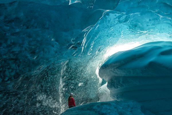 rote Frau in der Eishöhle am Vatnajökull